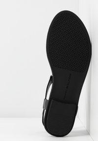Tommy Hilfiger - FEMININE LEATHER FLAT SANDAL - Sandals - black - 6