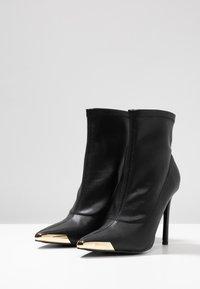 Versace Jeans Couture - Kotníková obuv na vysokém podpatku - nero - 4