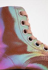 Dr. Martens - MOLLY - Botines con plataforma - pink iridescent - 2