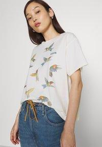 Levi's® - GRAPHIC VARSITY TEE - T-shirt imprimé - white - 3
