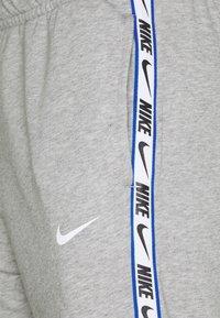 Nike Sportswear - REPEAT  - Verryttelyhousut - grey heather - 2