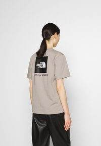The North Face - REDBOX TEE - T-shirts med print - mineral grey - 2