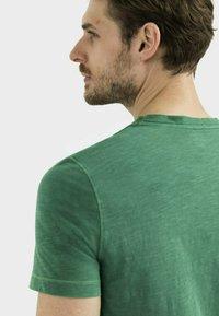 camel active - MIT BRUSTTASCHE AUS ORGANIC COTTON - Basic T-shirt - jungle green - 4