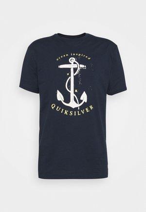 SAVIORS ROAD - T-shirt z nadrukiem - navy blazer