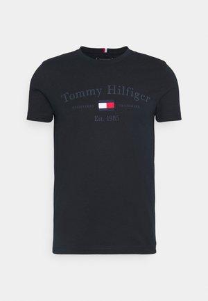 ARCHIVE GRAPHIC TEE - T-shirt z nadrukiem - desert sky