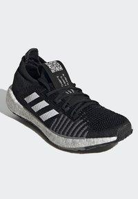 adidas Performance - PULSEBOOST HD - Obuwie do biegania treningowe - black - 4