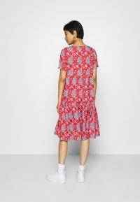 Rich & Royal - DRESS PRINTED - Denní šaty - summer red - 2