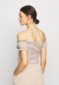 NA-KD - OFF SHOULDER CUP - Jersey de punto - light beige