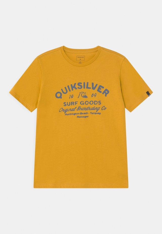 CLOSED CAPTIONS - Print T-shirt - nugget gold