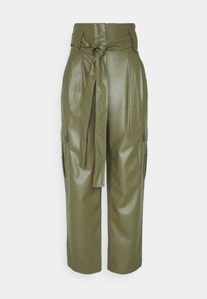 PANTALONE SPALMATO CON CINTURA - Pantalon classique - verde alpino