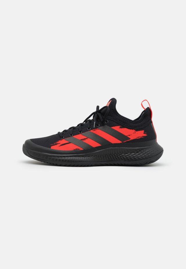 DEFIANT GENERATION - Tennisschoenen voor alle ondergronden - core black/solar red