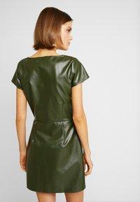 Missguided - JORDAN LIPSCOMBE PU MILKMAID DRESSHOOK & EYE - Vestido informal - khaki - 3