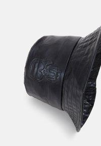 KARL LAGERFELD - IKONIK BUCKET HAT - Chapeau - black - 3