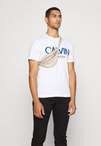 Calvin Klein - SHADOW LOGO - Camiseta estampada - white - 4