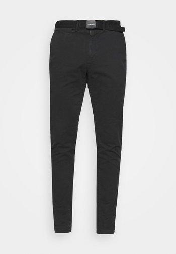 SLIM FIT GARMENT DYE BELT - Chino kalhoty - black