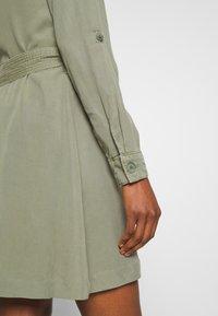 Rich & Royal - DRESS WITH BELT - Skjortekjole - safari green - 4