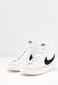 Nike Sportswear - BLAZER MID '77 - Sneakersy wysokie - white/black/sail blanc - 7
