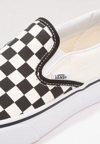 Vans - CLASSIC PLATFORM - Loaferit/pistokkaat - black/white - 4