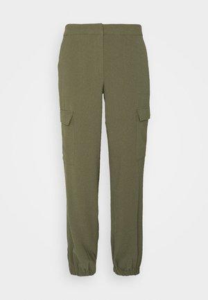 VMBITTEN PANT - Pantalones - ivy green