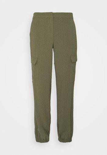 VMBITTEN PANT - Bukse - ivy green