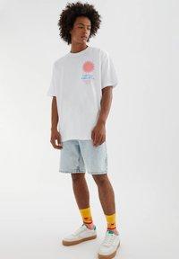 PULL&BEAR - MIT SONNE - Print T-shirt - white - 3