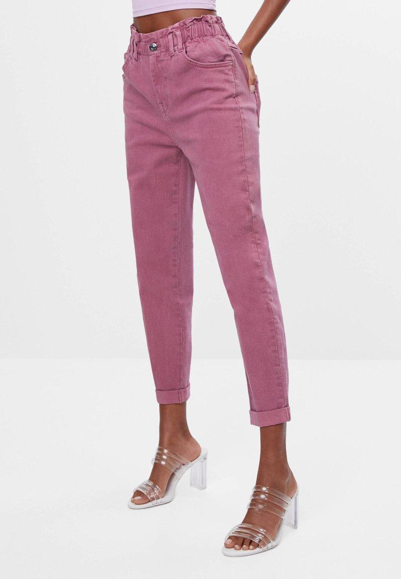 Bershka - MIT ELASTISCHEM BUND  - Džíny Straight Fit - pink