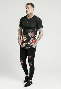 SIKSILK - DANI ALVES CURVED HEM TEE - T-shirts print - black - 1
