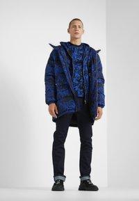 Versace Jeans Couture - BAROQUE - T-shirt med print - black/blue - 1