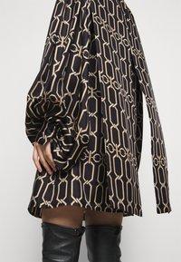 Victoria Beckham - BISHOP SLEEVE DETAIL MINI - Koktejlové šaty/ šaty na párty - dark navy/gold - 5