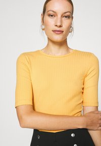 Anna Field - Basic T-shirt - ochre - 3
