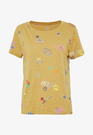 ALLOVER TRAVEL TAGS TEE - T-shirt z nadrukiem - honey brown