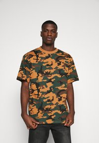 Karl Kani - SMALL SIGNATURE CAMO TEE - Print T-shirt - green/brown - 0