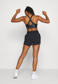 Under Armour - PROJECT ROCK MID PRINTED CROSSBACK BRA - Sports-BH - black/summit white - 2