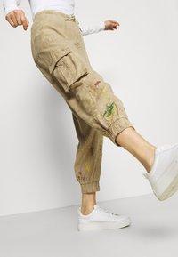 Desigual - PANT BABEL - Cargo trousers - beige - 3