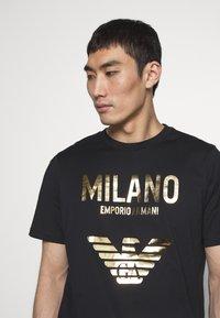 Emporio Armani - T-shirt con stampa - nero - 3