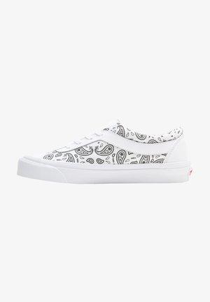 UA BOLD NI - Sneakers laag - (paisley)true white/black
