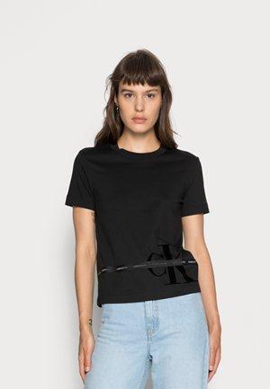 MONOGRAM TAPE TEE - Camiseta estampada - black