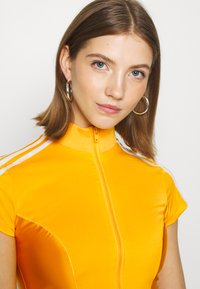 adidas Originals - PAOLINA RUSSO ZIP COLLAB SPORTS INSPIRED SLIM CROPPED - Sportovní bunda - active gold - 3