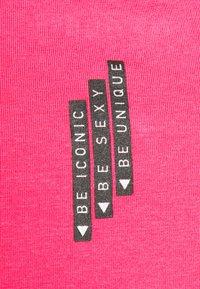 Guess - MINI TRIANGLE - Basic T-shirt - girly pink - 6