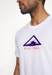 Nike Performance - DRY TEE TRAIL - T-shirt print - white/astronomy blue - 5