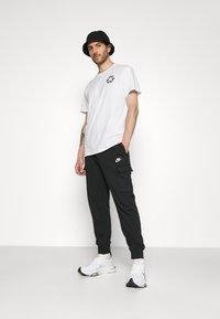 Nike Sportswear - CLUB PANT - Teplákové kalhoty - black/white - 4