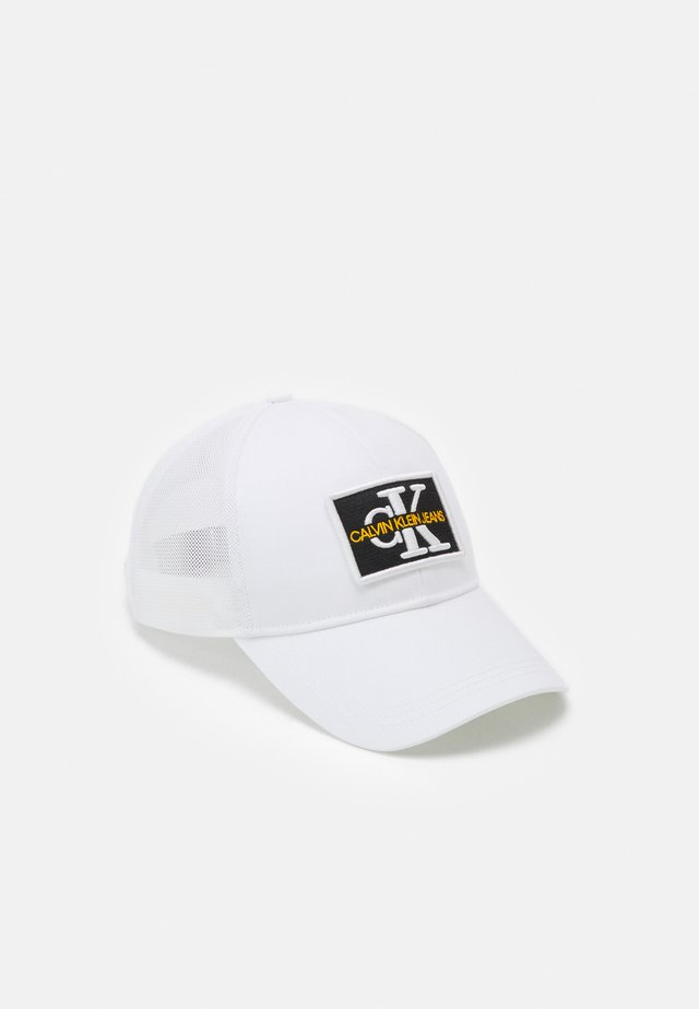 MONO EMBRO PATCHTRUCKER UNISEX - Kšiltovka - bright white
