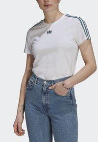 adidas Originals - T-shirt z nadrukiem - white - 3