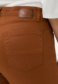 BRAX - STYLE SHAKIRA - Jeans Skinny Fit - clean amber - 4