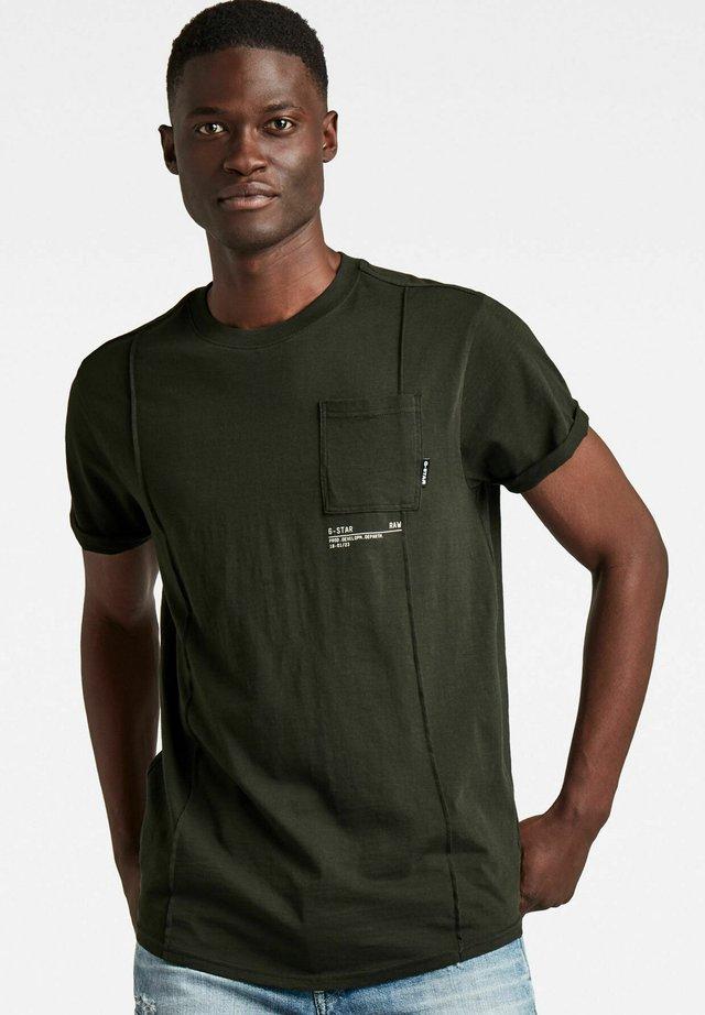LASH POCKET BACK GRAPHIC - T-shirt con stampa - raven