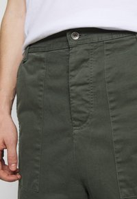 Henrik Vibskov - PLUMBER TWILL PANTS - Trousers - thyme green - 4