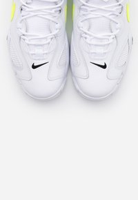 Nike Sportswear - AIR BARRAGE  - Zapatillas - white/volt/black - 4