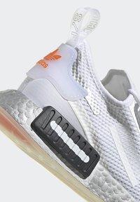 adidas Originals - NMD_R1 SPECTOO UNISEX - Sneakers basse - footwear white/core black - 8