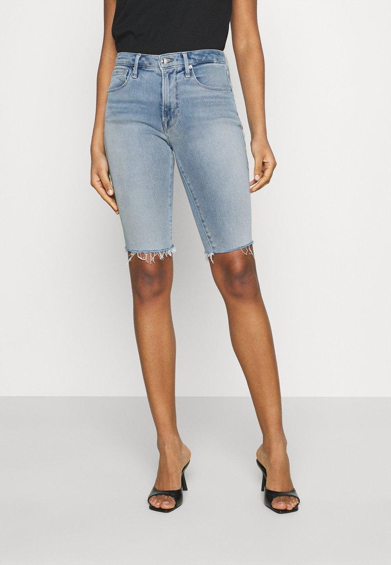 Good American - BERMUDA SHORT FRAY HEM - Denim shorts - blue