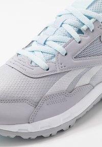 Reebok - RIDGERIDER 5.0 - Obuwie do biegania treningowe - cold grey/glas blue/white - 5